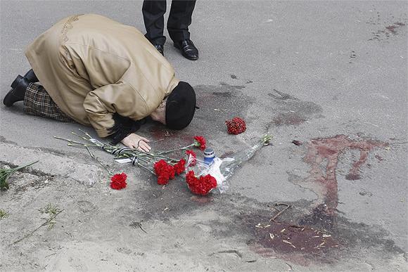 Мать писателя, Валентина Бузина, на месте убийства сына.
